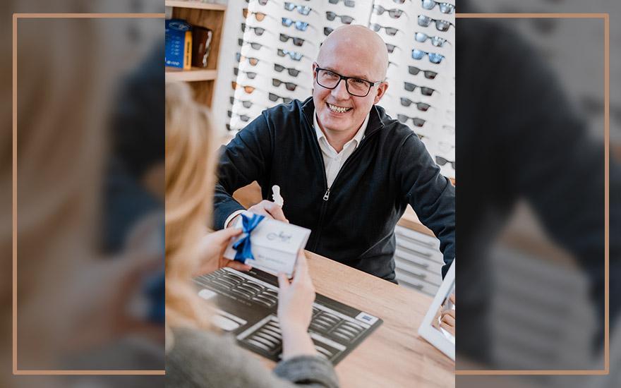 salon optyczny klient kupujący okulary